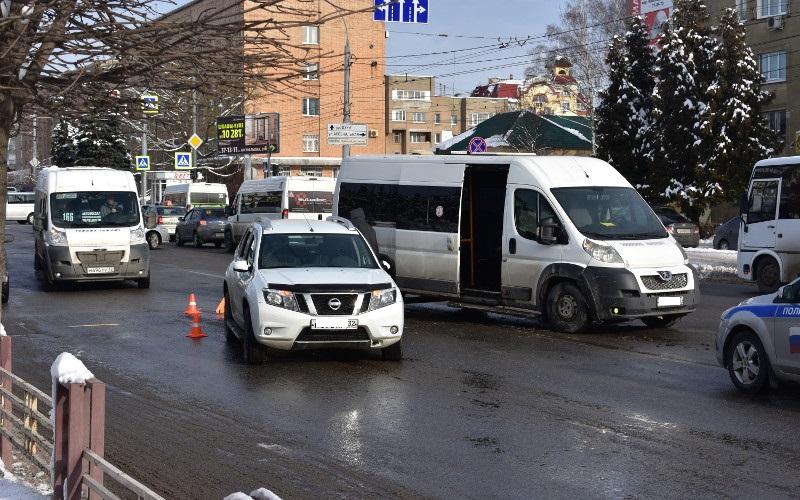В центре Брянска не разъехались пассажирский Peugeot и Renault Duster