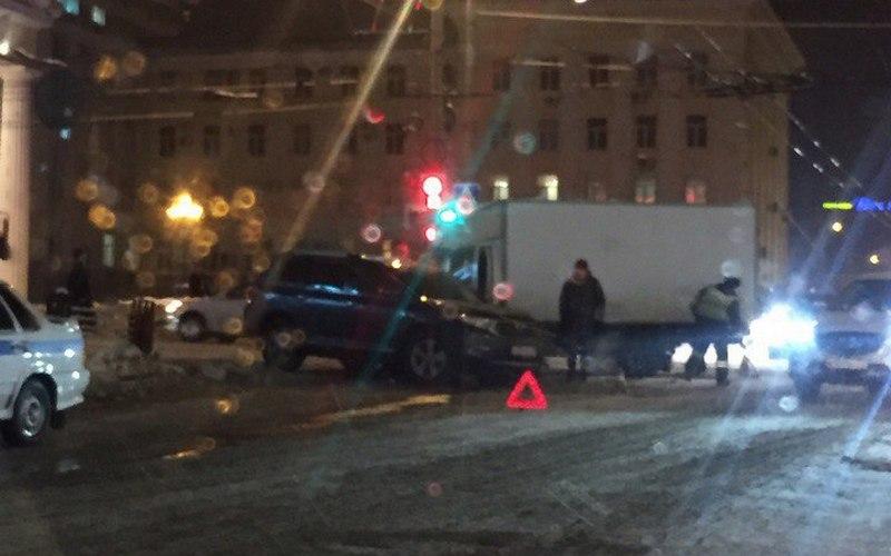 На перекрестке возле ЦУМа столкнулись машины