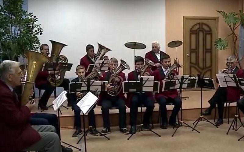 Дирижер из Донбасса возродил духовой оркестр в Унече