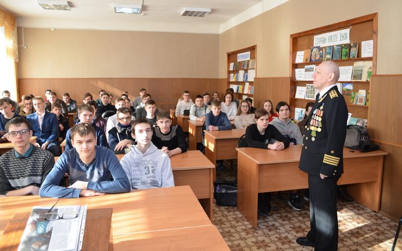 Подводник рассказал брянским студентам о любви к Родине