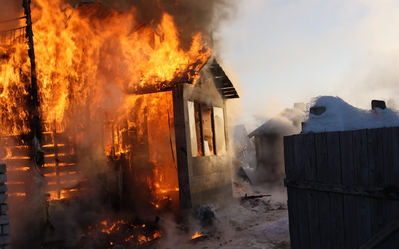 Под Жуковкой сгорел дом — пострадавших нет
