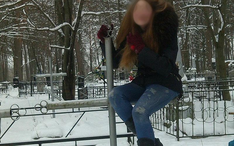 Брянская школьница устроила фотосессию накладбище