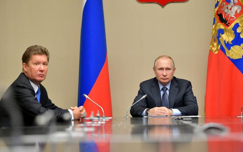 Путин осмотрел ледовый дворец вСуземке