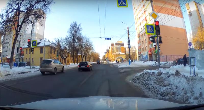 Брянские водители устроили гонку, проигнорировав красный сигнал светофора