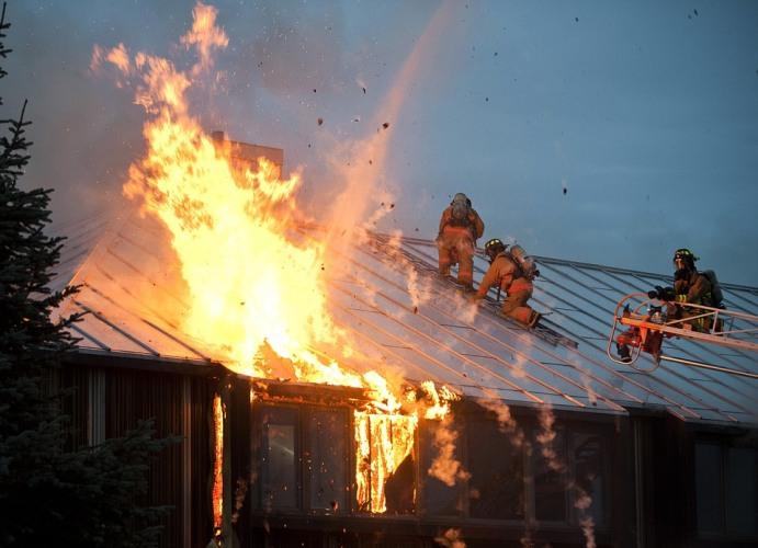 В Брянске загорелась кровля жилого дома