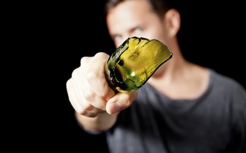 ВНовозыбкове пьяный дебошир порезал полицейского «розочкой»