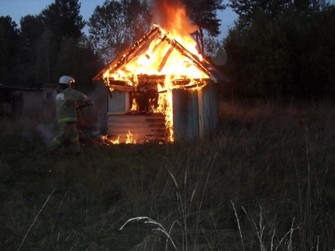 Вбрянском поселке сгорел сарай
