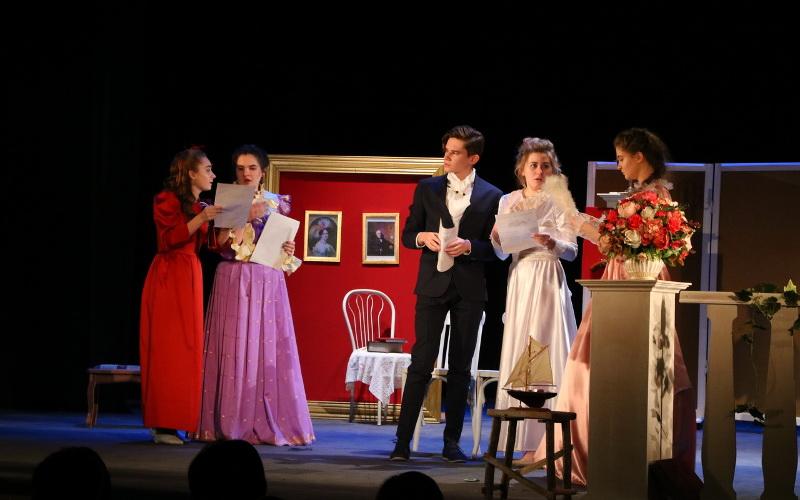 В Брянске «Десятилетие детства» открыли спектаклем о юности и взрослении А.К. Толстого
