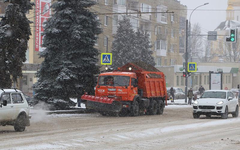 Брянские коммунальщики вышли на борьбу со снегом затемно