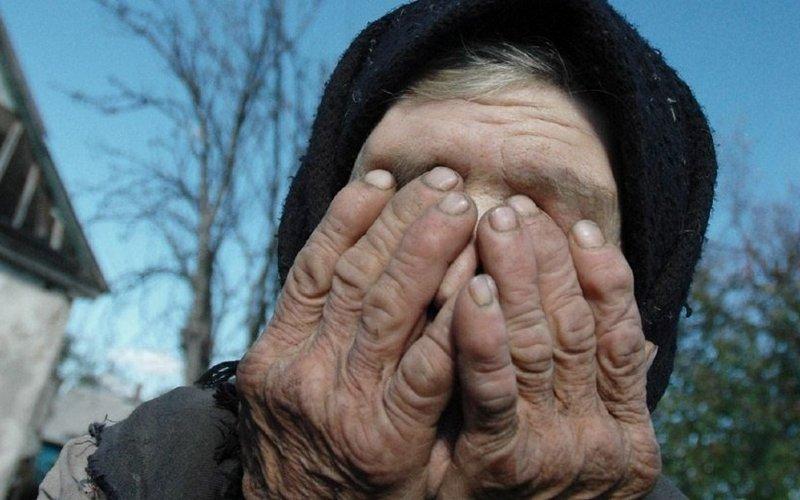 Сын подруги украл у трубчевской пенсионерки кошелек и соленья