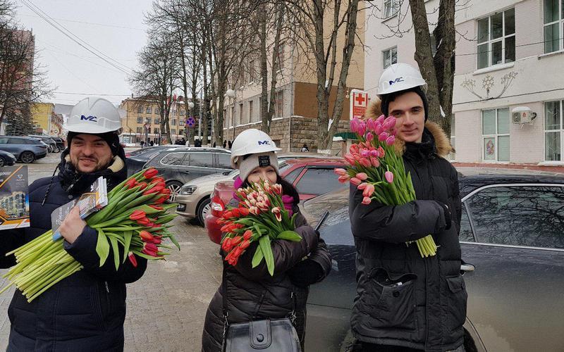 В Брянске тысячу женщин осчастливили бесплатными тюльпанами