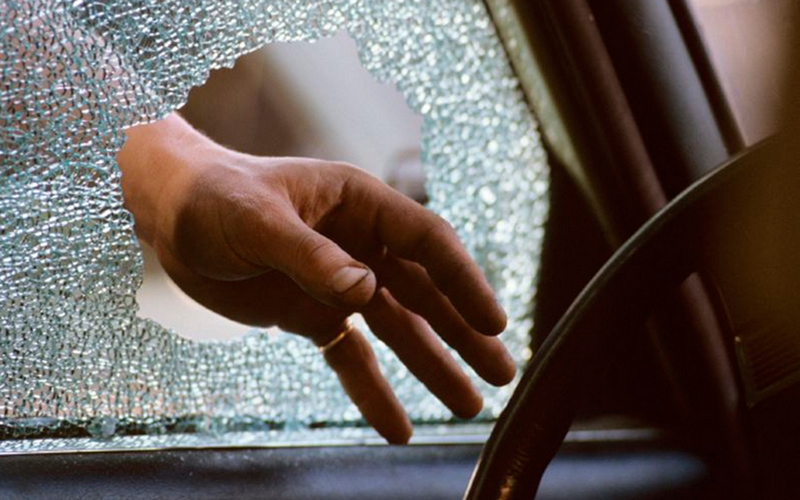 Двое молодых брянцев обокрали застрявший автомобиль