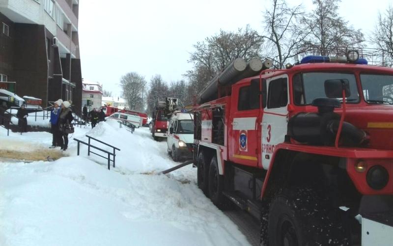 Появились кадры спасения людей из горящего в Брянске дома