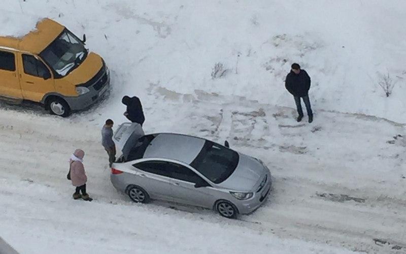 Коммунальщики оставили брянских водителей наедине с гололедицей