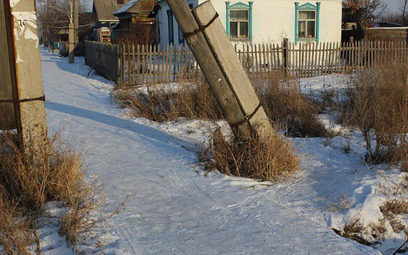 Почему люди опасаются ходить между подпорками столбов?