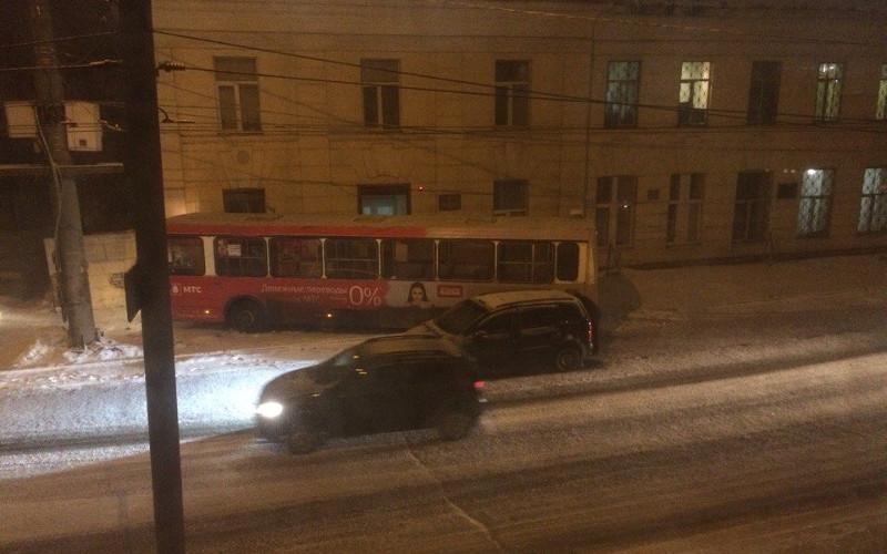 В Брянске автобус на улице Калинина протаранил здание санчасти «Арсенала»