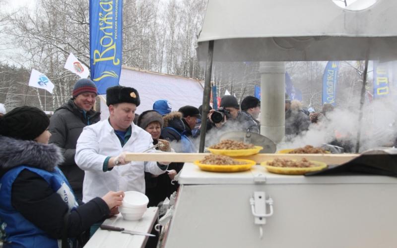 Любителей половить на мормышку брянские спасатели накормили кашей с мясом