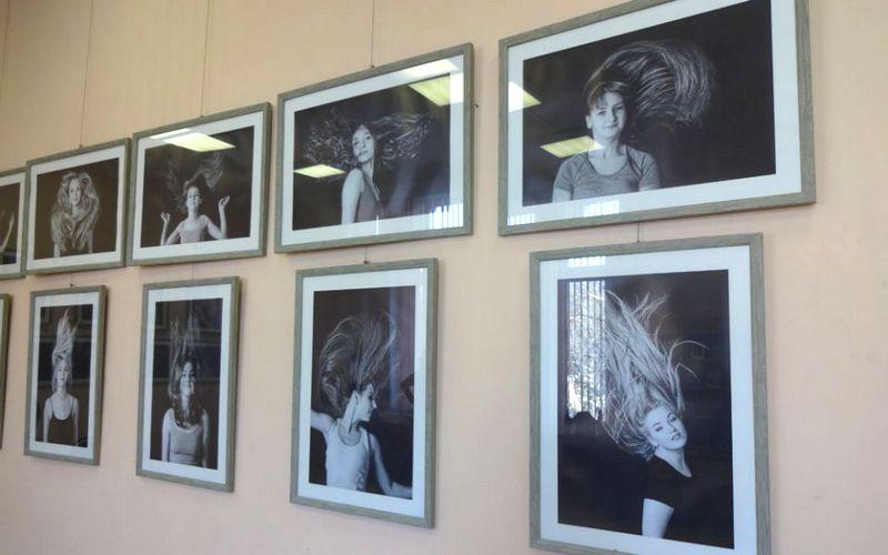 Вдохновившийся женскими волосами брянский фотограф устроил выставку