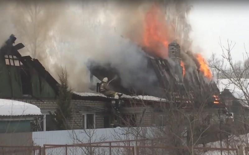 Появились фото и видео крупного пожара в Брянске