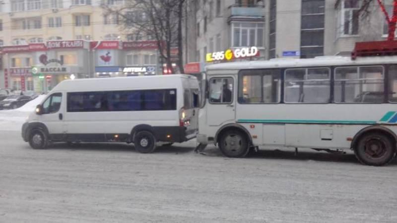 В Бежицком районе Брянска автобус выехал в маршрутку