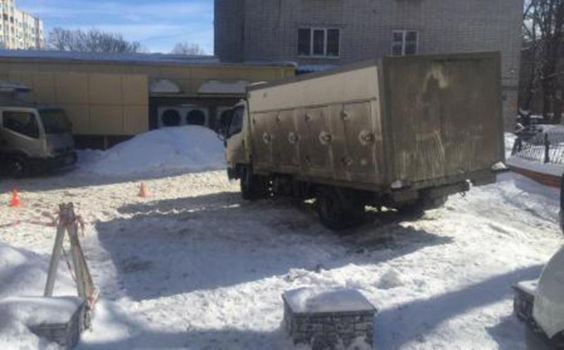 На парковке в Брянске водитель грузовика сбил насмерть прохожего