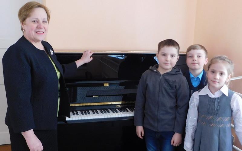 Три новых фортепиано прибыли вбрянские школы искусств