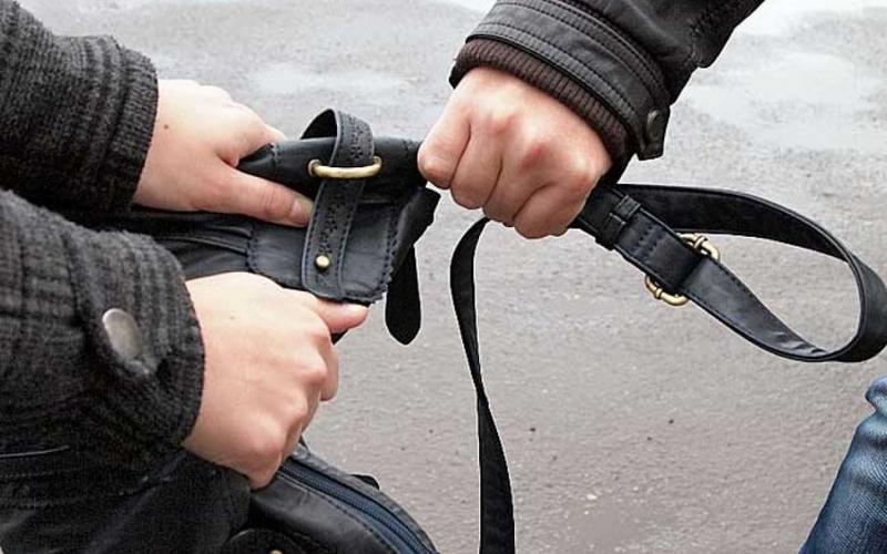 Уличный грабитель пришел в полицию с сумкой жертвы и был разоблачен