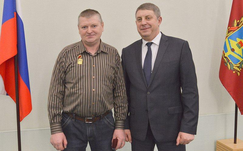 Александр Богомаз наградил первого заслуженного работника ЖКХ Брянской области