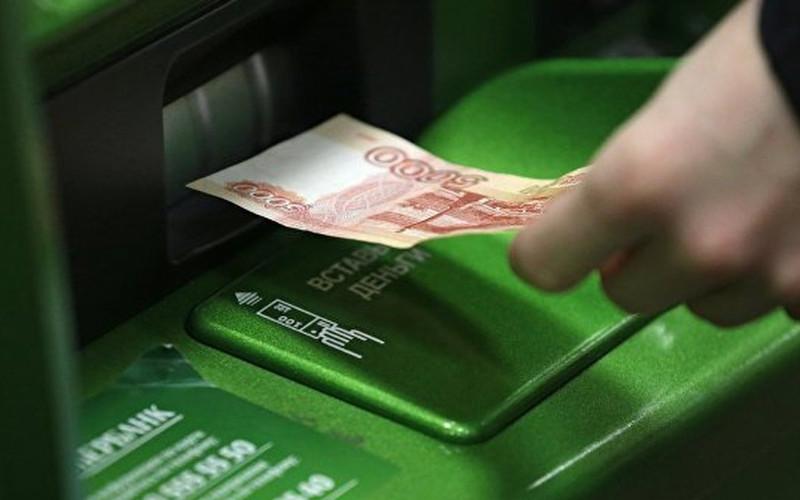 В Климово женщина «сняла» в банкомате деньги пенсионера