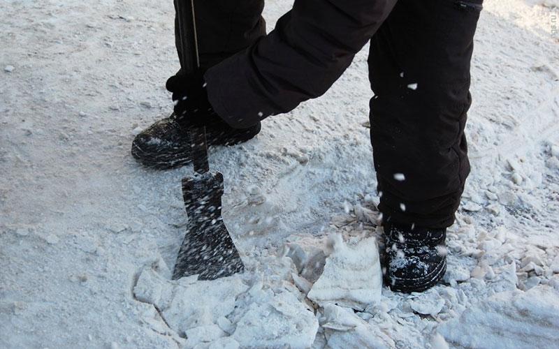 Жители Брянска пожаловались наледяные глыбы возле поликлиники №1