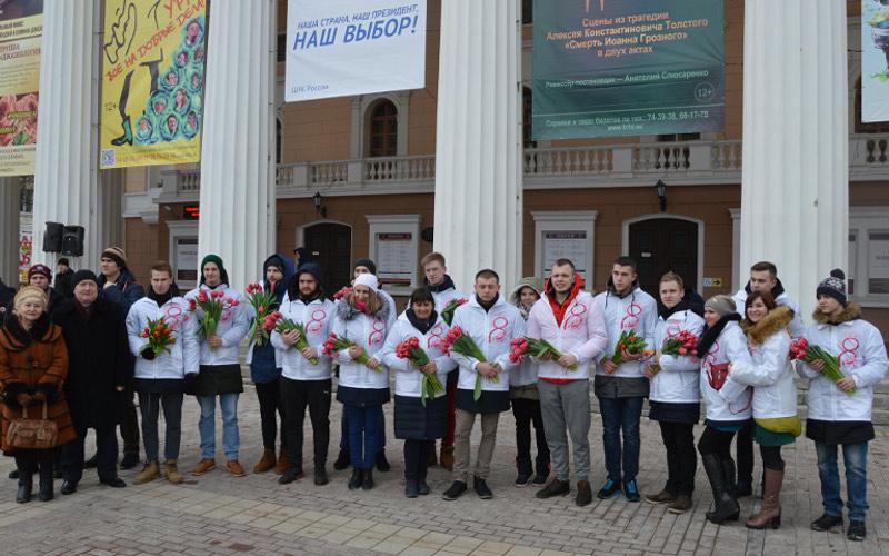 В Брянске прошла акция «Вам, любимые»: волонтеры с цветами, а  поэты со стихами