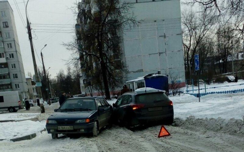 Во дворе Володарского района Брянска не разъехались две легковушки