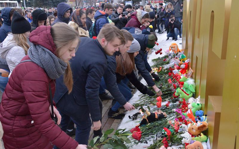 Тысячи брянцев почтили память погибших в пожаре кемеровчан