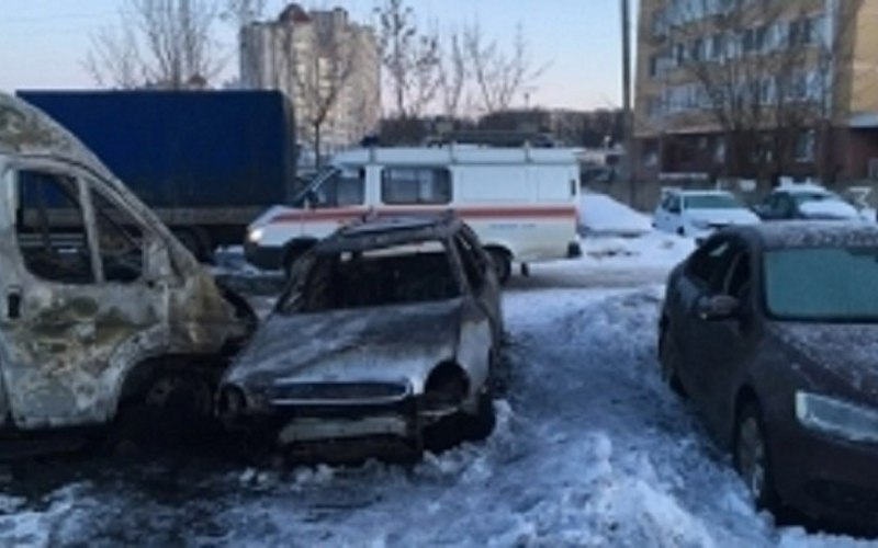 Наулице Красноармейской ночью загорелись пять автомобилей