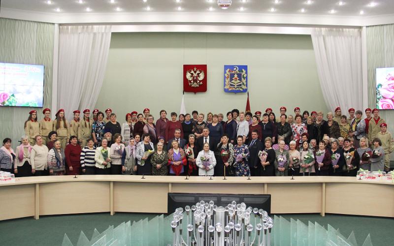 Брянский губернатор поздравил с 8 Марта женщин - матерей и вдов погибших воинов