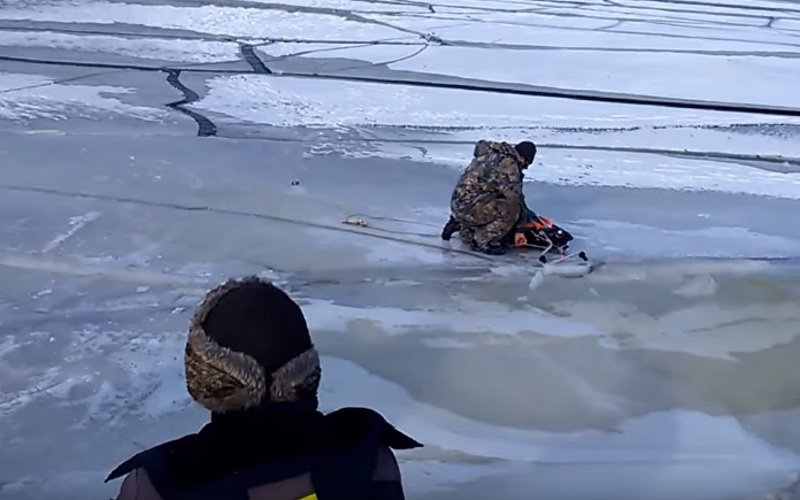 Еле ноги унесли: навидео питерские рыбаки едва неушли под лед из-за волны