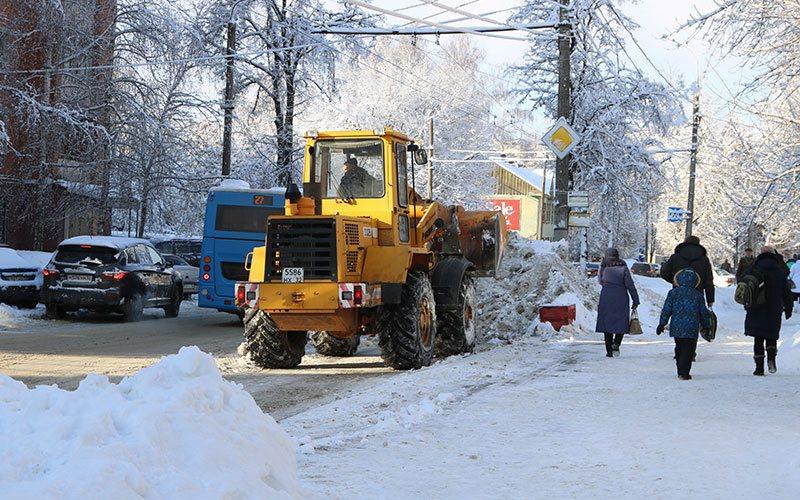 Весенние снегопады заставили попотеть брянских коммунальщиков
