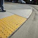 Брянских чиновников обязали отремонтировать тротуары для незрячих горожан