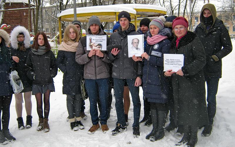 Весенний снегопад непомешал брянцам читать стихи Тютчева наулице