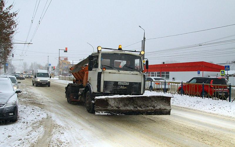 Коммунальщики Брянска ежечасно ведут борьбу со снегом