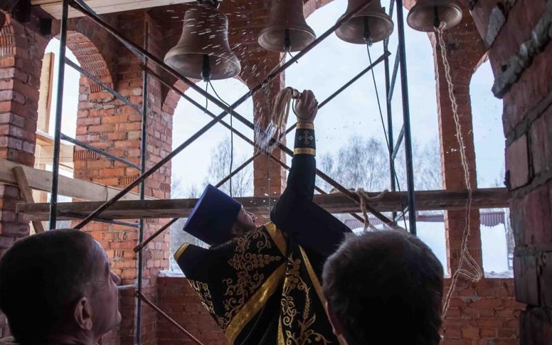 В строящемся храме в Дятьково освятили колокола