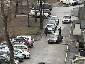 Колесо машины провалилось сквозь асфальт на улице Цвиллинга