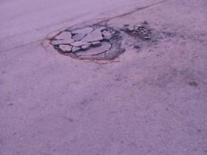 Дорожники закатали в асфальт люки канализации в Новосинеглазово