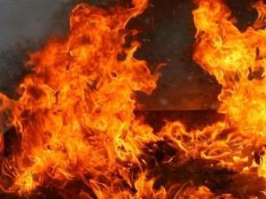 20 человек всю ночь тушили пожар в жилом доме