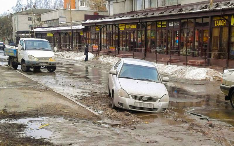 Возле Центрального рынка в Брянске провалилась машина