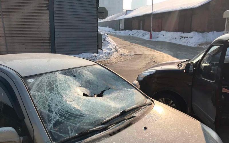 На улице Есенина в Брянске неизвестные разбивают машины