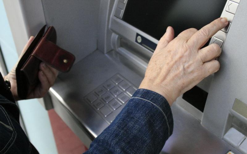 В Брянске пенсионер украл банковскую карту у случайной знакомой