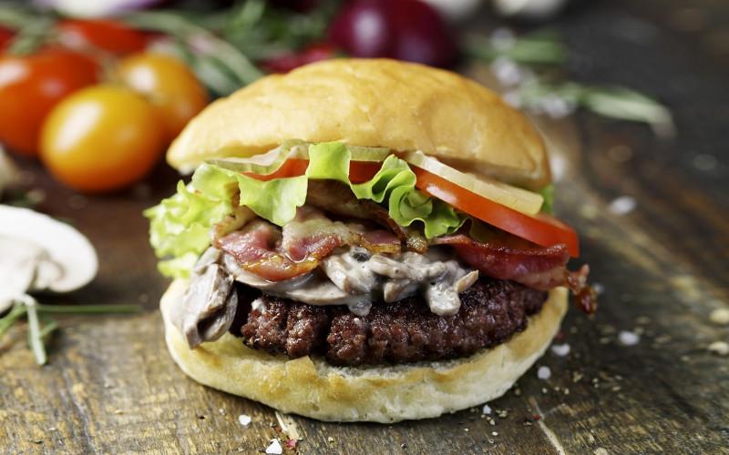 Мираторг зарегистрировал название бургера «Брянский парень»