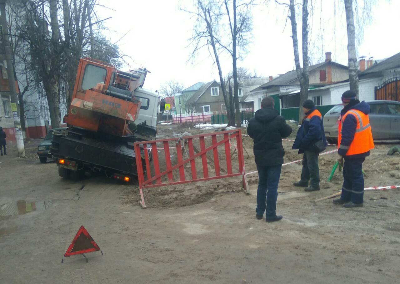 В Брянске засняли на фото очередной провал дороги