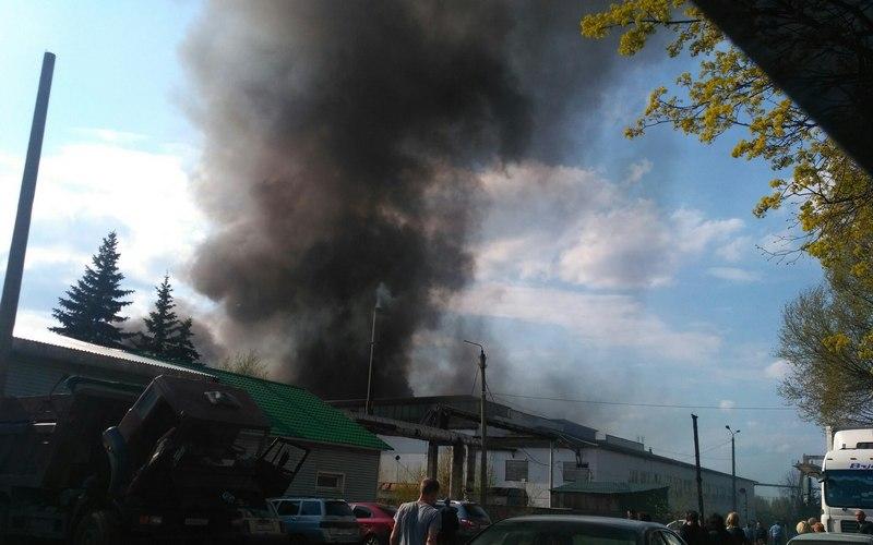 В Большом Полпино горит деревообрабатывающий цех